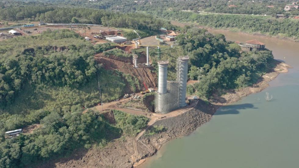 Obra da segunda ponte sobre o Rio Paraná, entre Brasil e Paraguai, construída com recursos da Itaipu. Foto: Lucas Garcia/Itaipu Binacional.