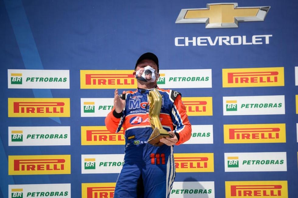 Barrichello faz a sambadinha no pódio: lider do campeonato – Foto: Duda Bairros/Stock Car