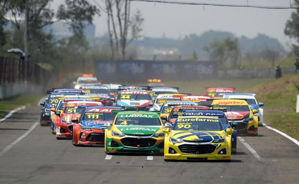 Largada da Corrida 2: Maurício dá a vitória à Chevrolet – Foto: Duda Bairros/Stock Car