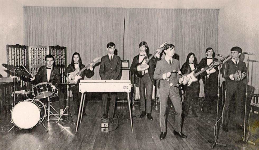 Oswaldo Diniz (no órgão eletrônico) tocando com Os Cinco Falcões e a dupla Os Júniors, em 1966.