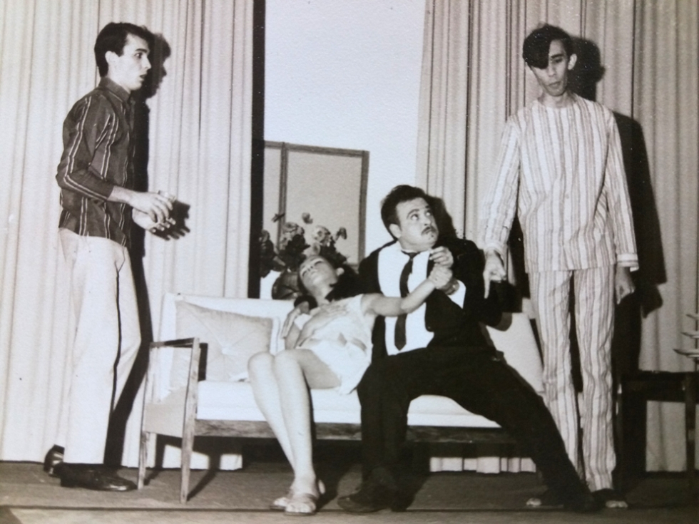 Cena da peça Toda Donzela Tem Um Pai Que É Uma Fera, de 1966. Da esquerda para a direita: ValduirPagani, Zeidi Trindade, Sebastião Felismino da Silva e Oswaldo Diniz.