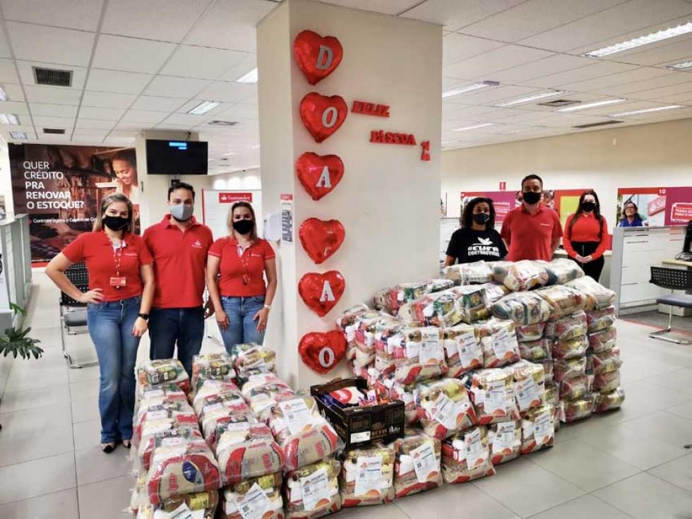 Lua Gomes, coordenadora da CUFA em Londrina com a equipe regional Norte do Paraná do Santander Brasil - Foto: Divulgação
