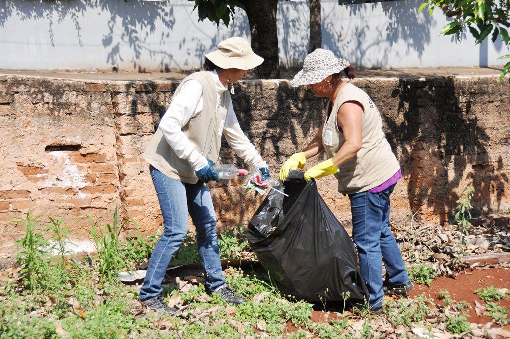 Agentes de endemias recolhem grande quantidade de lixo. Foto: Maurício Zubinski/PMI
