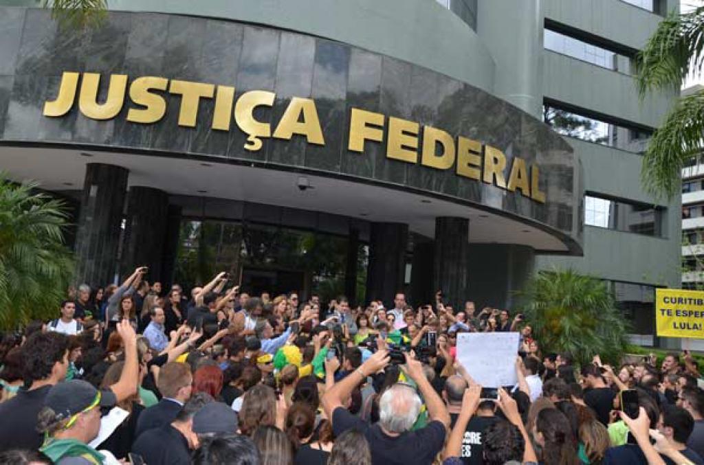 Manifestação em frente a sede da Justiça Federal em Curitiba - Foto Berbel Ritzmann