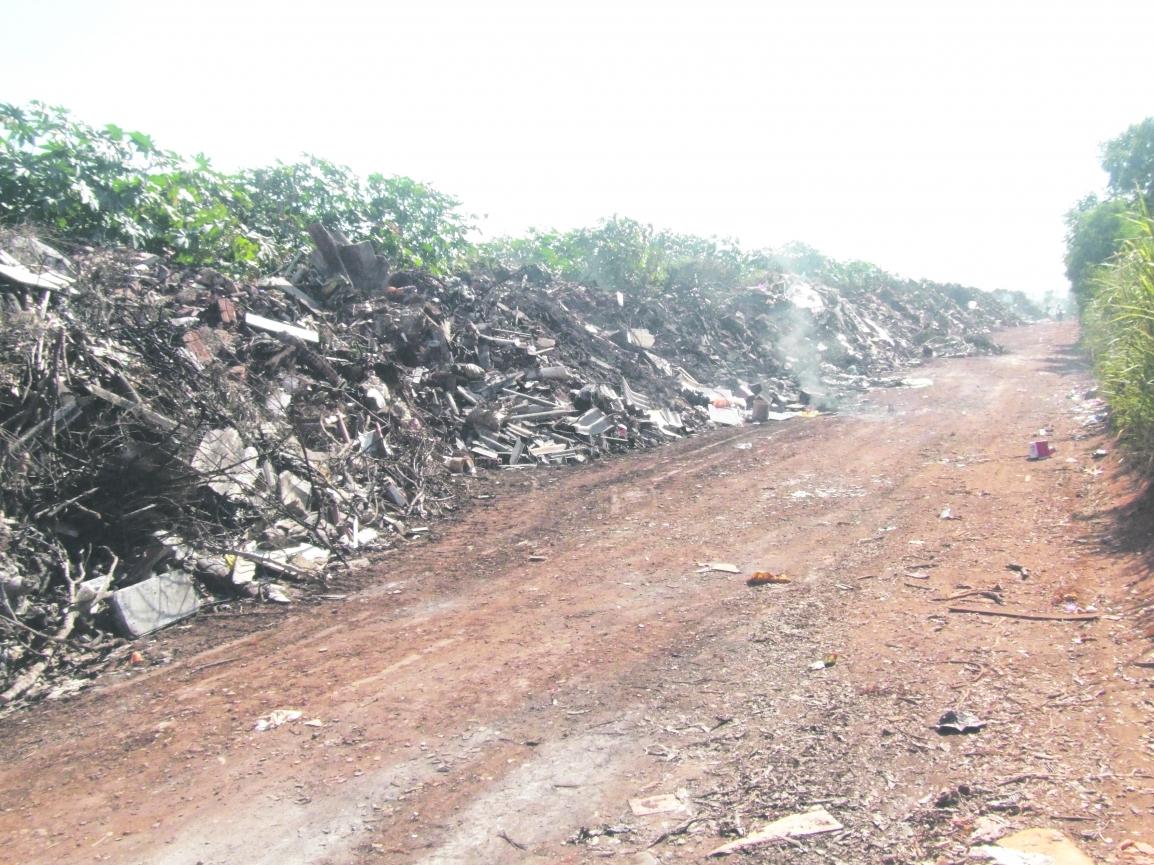 Lixo ocupa quase 1 quilômetro da estrada. Foto: Valdemir Camargo
