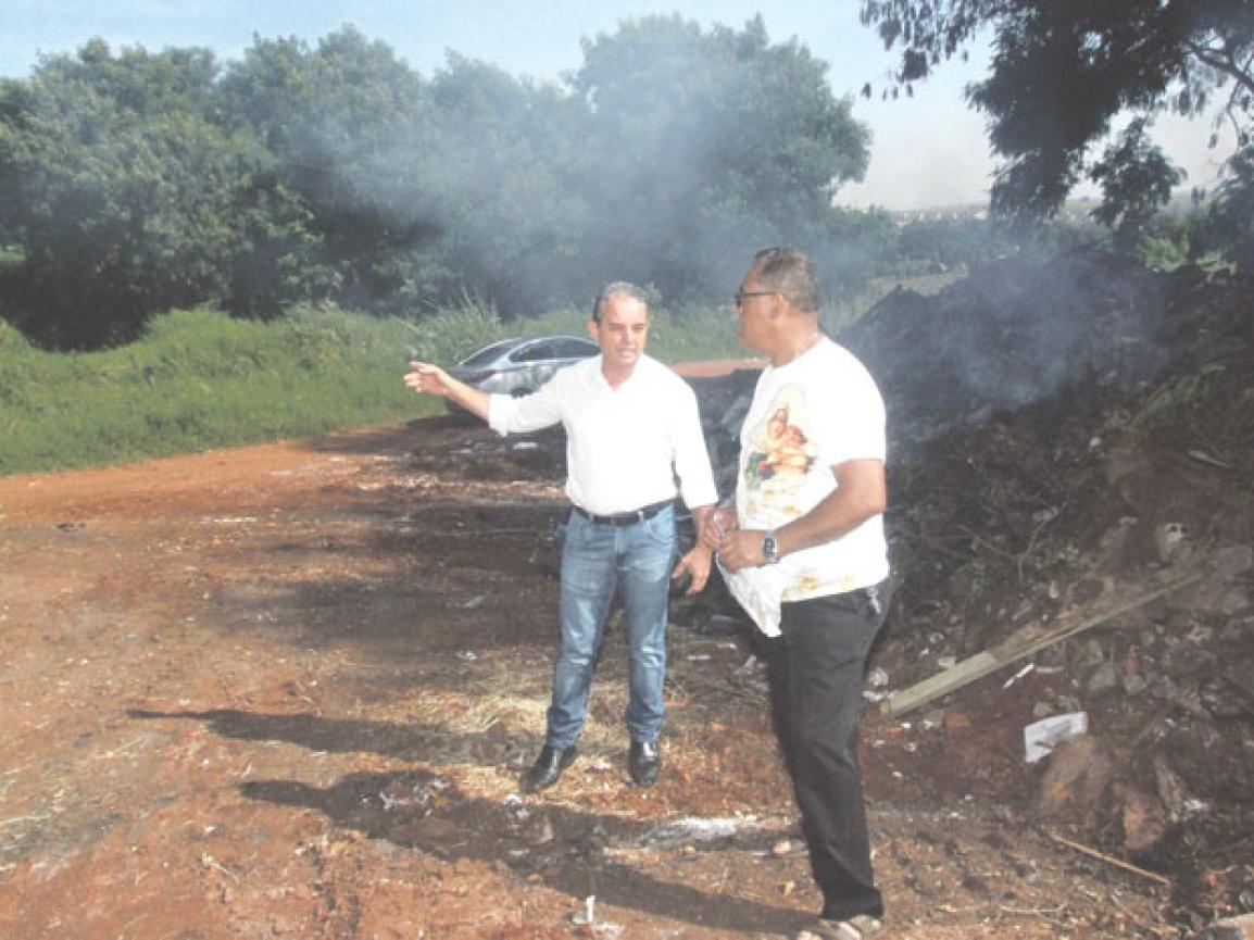 José Aparecido Santana, presidente da Associação de moradores, com o vereador Vilson Bittencourt. Foto: Valdemir Camargo