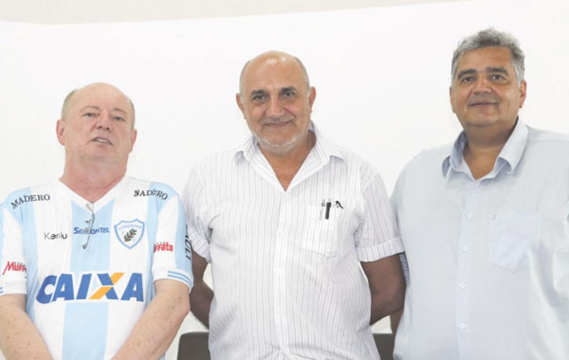 Prof. Adalberto Brandalize, Diretor de Marketing, Valdemir Camargo (Presidente da APJOR_PR) e José Maurício Bastos Costa, Diretor de Esportes  - Foto: Carmelindo Dias (43) 3344-1557).