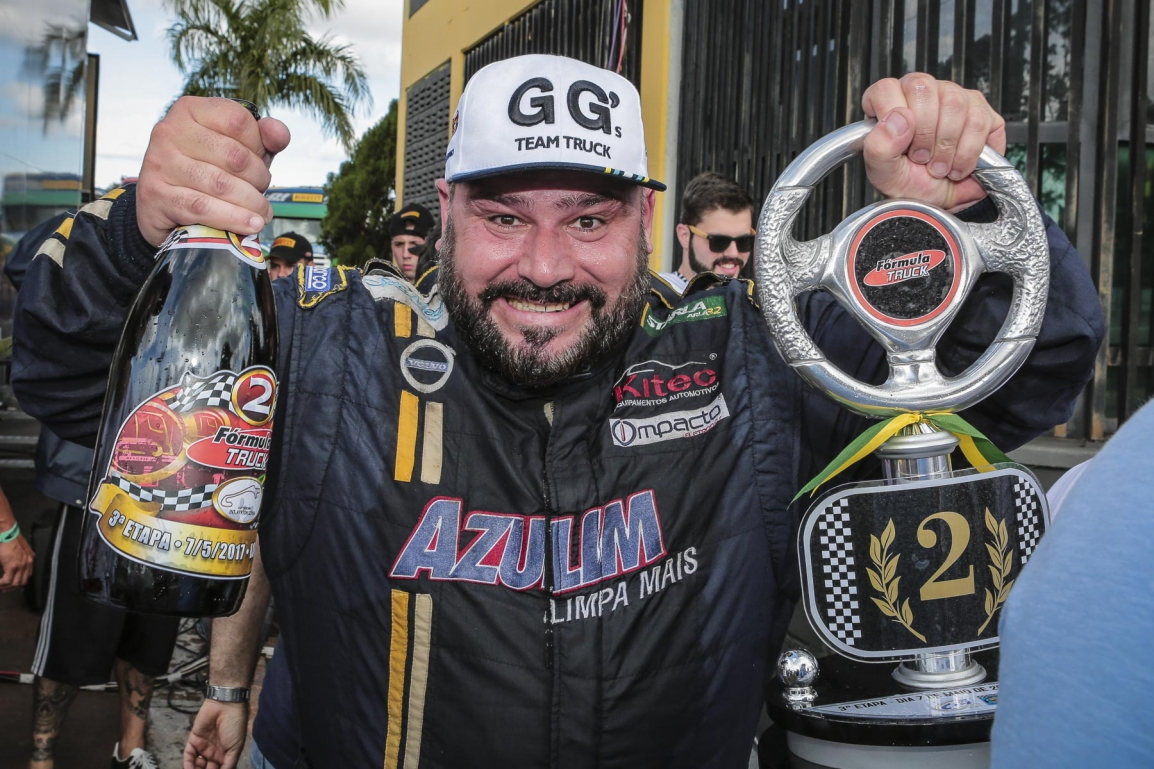 Alex Fabiano ocupa o segundo lugar mais alto do pódio em Londrina