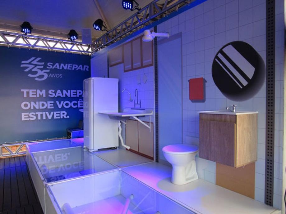 Estande mostra instalações do banheiro, cozinha e área de serviço