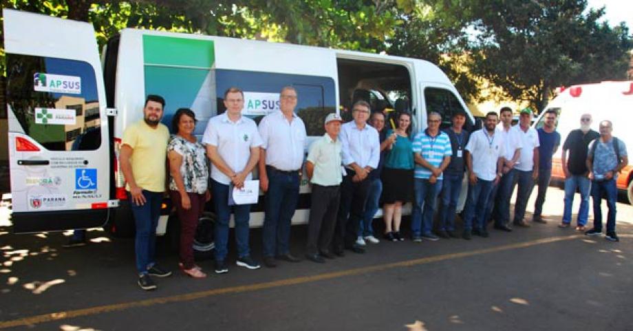 Prefeito, secretários, vereadores e servidores municipais participaram da entrega da nova van - Foto: Daniel da Silva/NCS/PMI