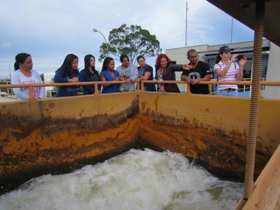 Agentes de saúde na Estação de Tratamento de Água Tibagi