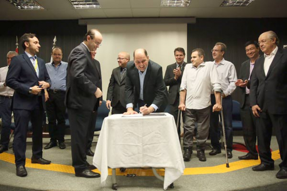 Deputado federal Alex Canziani assina liberação de recursos  - Foto: André Nery/MEC