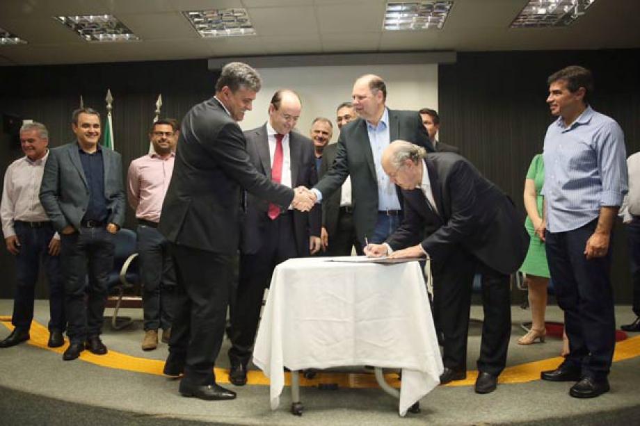 Deputado federal Luiz Carlos Hauly assina liberação de recursos  - Foto: André Nery/MEC