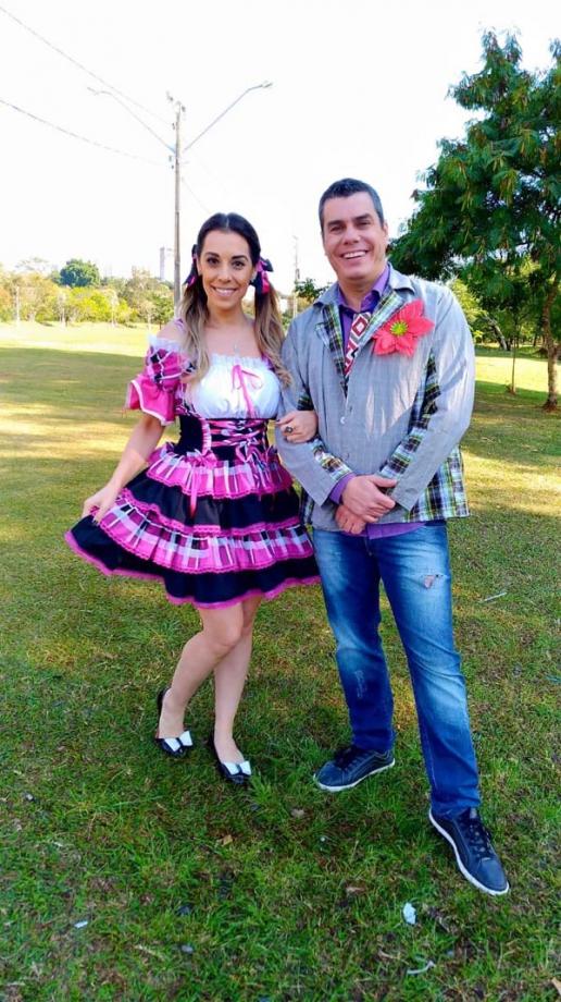 Os apresentadores da RICTV Record TV, Fernanda Charif e Giuliano Marcos, integrarão a dança quadrilha Foto: Divulgação