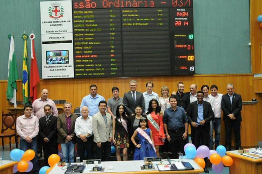 Organizadora, as misses, junto aos vereadores de Londrina.