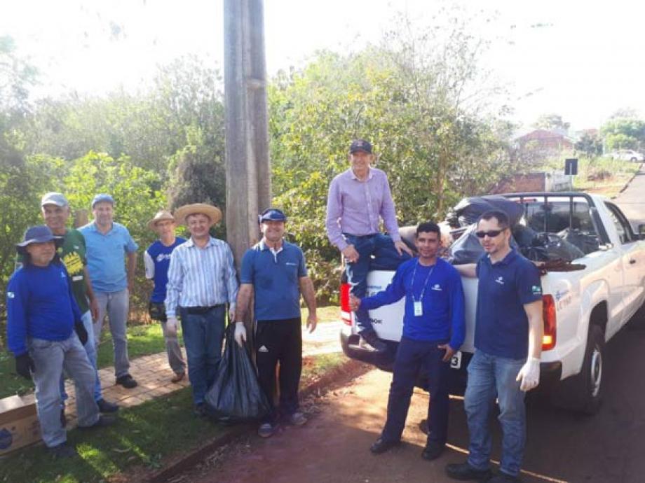 Equipe que coletou resíduos às margens do Rio do Campo