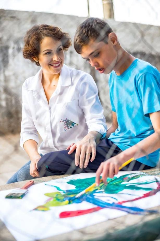Elisa Serra Negra (com peças da nova coleção) e seu sobrinho Pedro