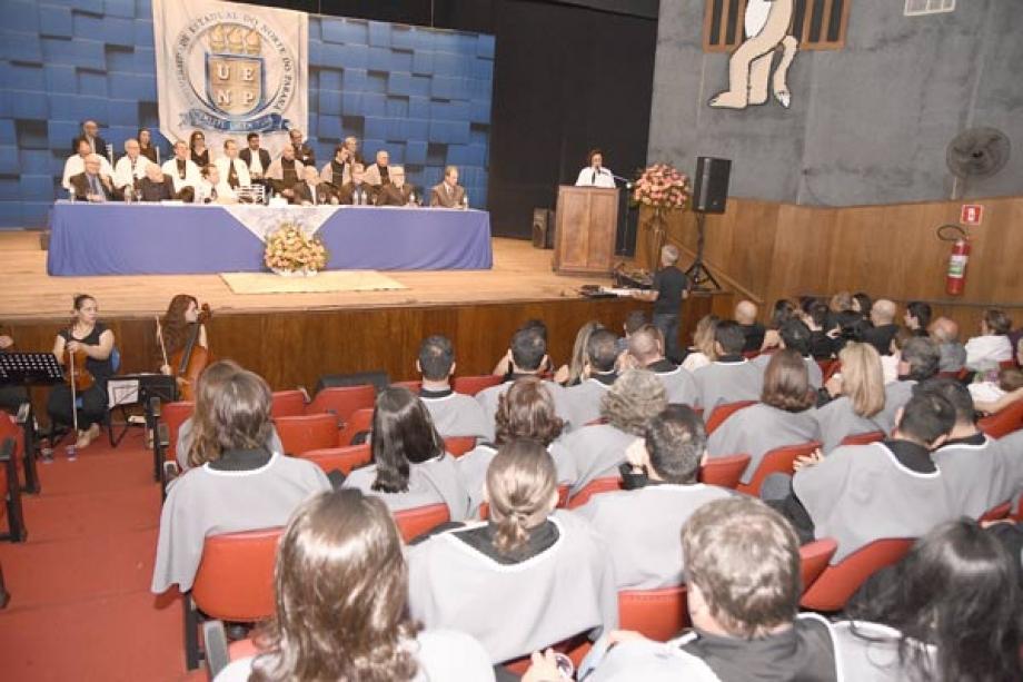 Reitora Fátima Padoan durante discurso realizado na posse