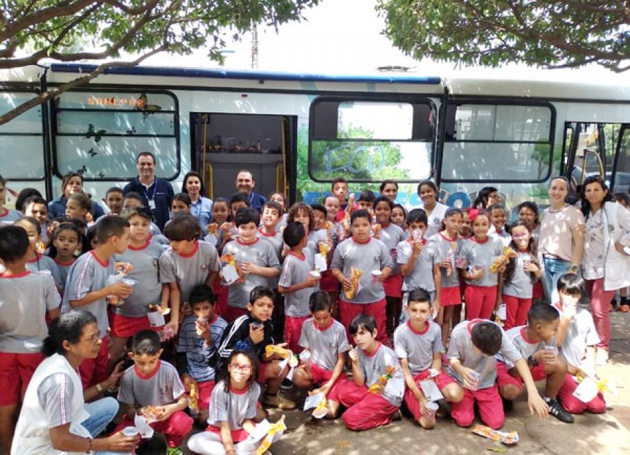 Empregados da Sanepar promovem atividades para comemorar Dia das Crianças nas cinco regionais do Norte do Estado