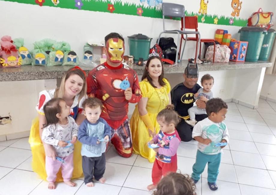 Empregados de Apucarana viraram heróis e princesas para garantir festa no CMEI Siqueira Bormaita