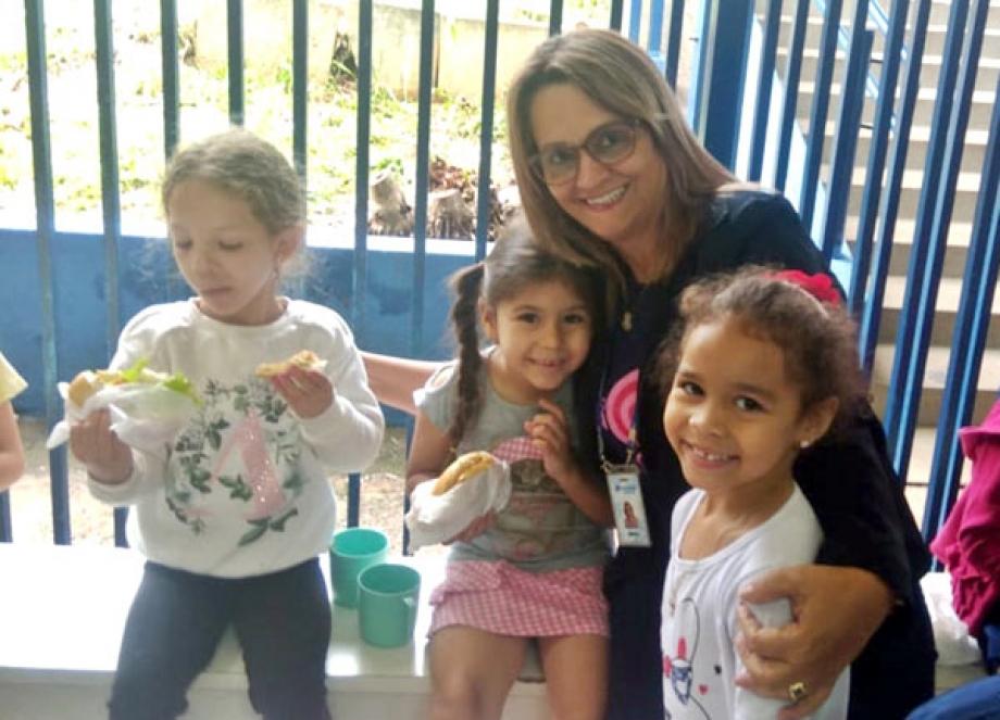 250 crianças da Escola Municipal Padre Antônio Lock de Cornélio Procópio ganharam brinquedos, guloseimas e kits de higiene bucal