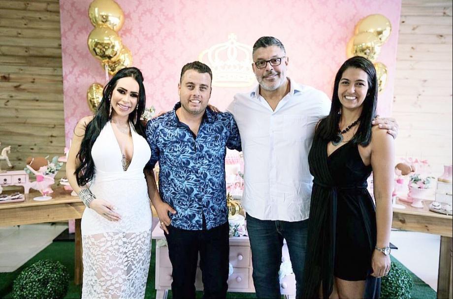 Fabi Frota e Alexandre Frota com Mônica Santos e Rodrigo - Foto: Moment Family