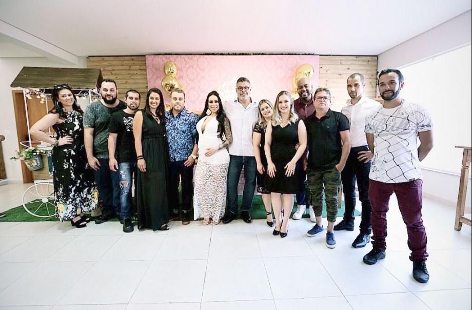 Fabi Frota e Alexandre Frota com convidados e organizadores do Chá de Bebê - Foto: Moment Family