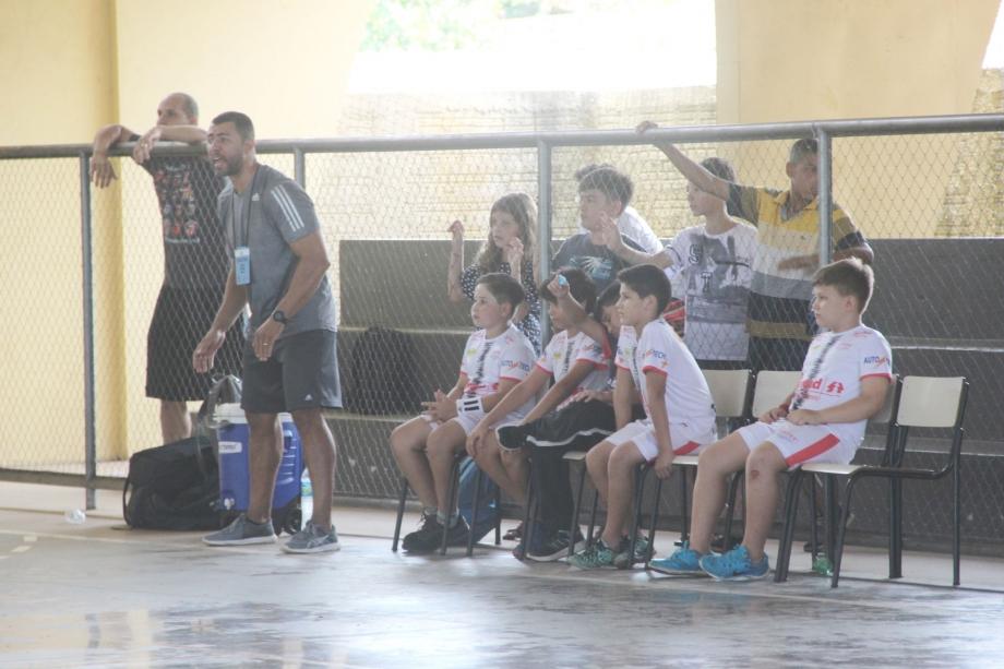 Professor Edinaldo orientando os atletas sub-10 durante o Festival Paranaense de Handebol - Foto: Jaqueline Galvão/LHPR