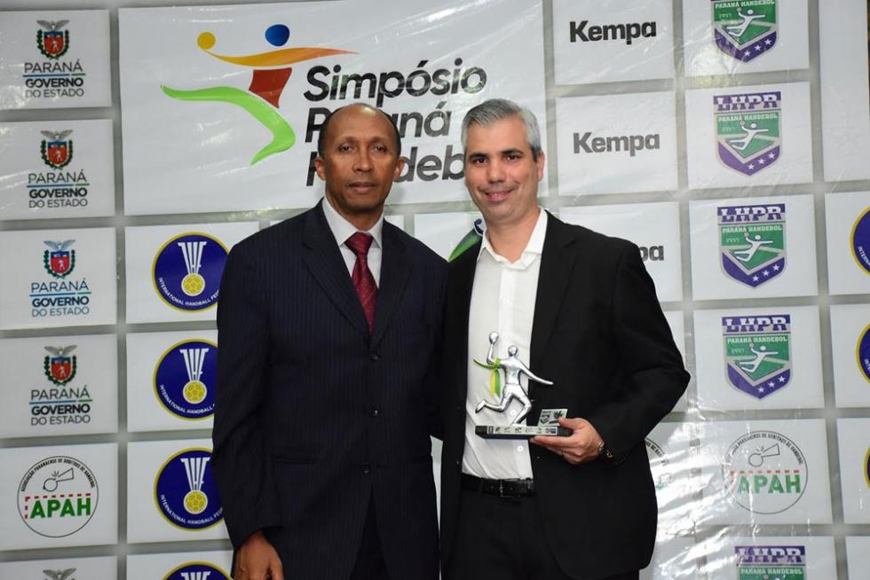 Vice-presidente da LHPR, Erivalto de Oliveira entrega o prêmio de melhor do ano a Rafael Fernando Pequito, representante da Universidade Tecnológica Federal do Paraná, por sua contribuição na realizaç