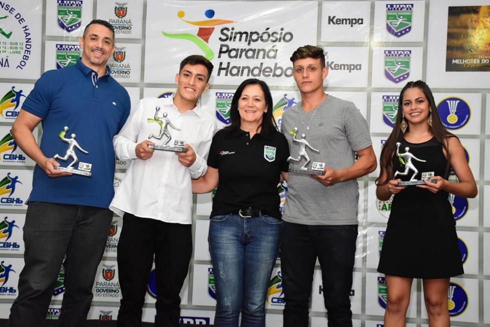 Primeiro à esquerda, técnico Marlon Aguiar de Araújo (Biroto) recebeu três troféus como melhor técnico da categoria cadete e dos Jogos Universitários do Paraná
