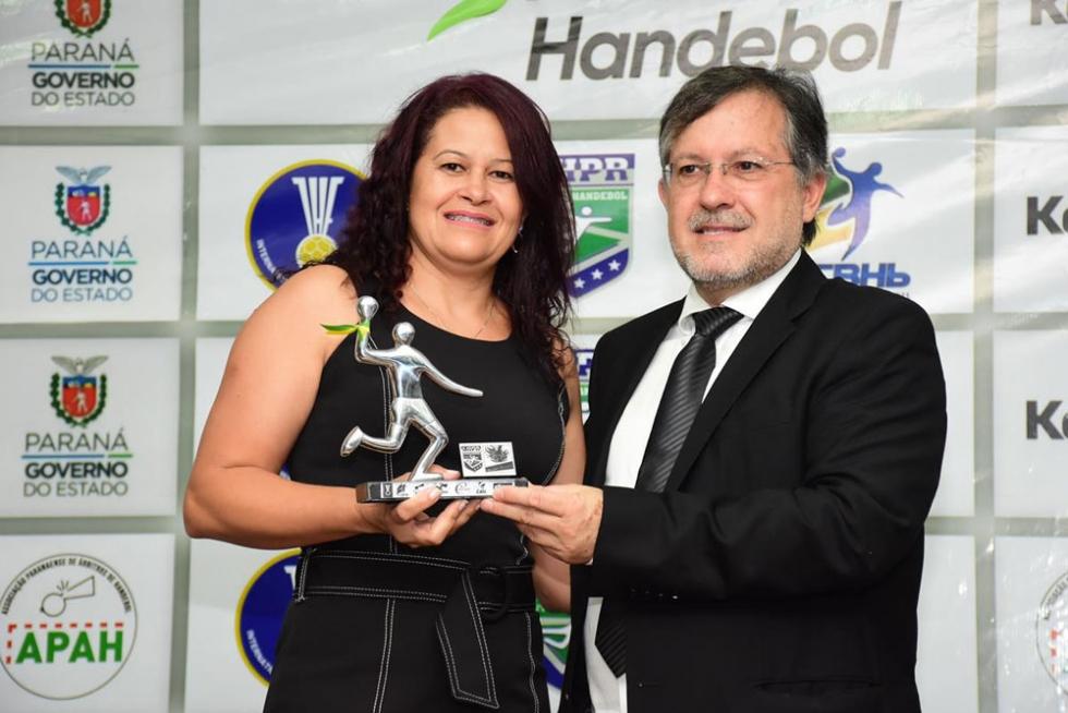 Marli Damaceno recebeu o troféu de melhor técnica da categoria masculina sub-17 da Copa Paraná das mãos do prefeito de Campo Mourão, Tauílio Tezzeli