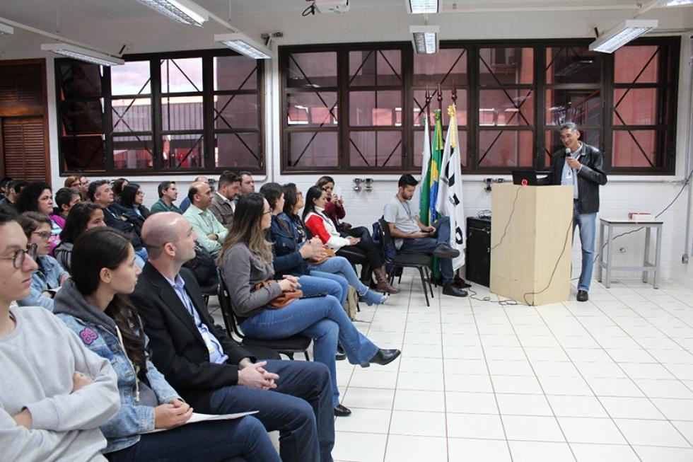 Diretor da UTFPR, Sidney Alves Lourenço, fala com alunos