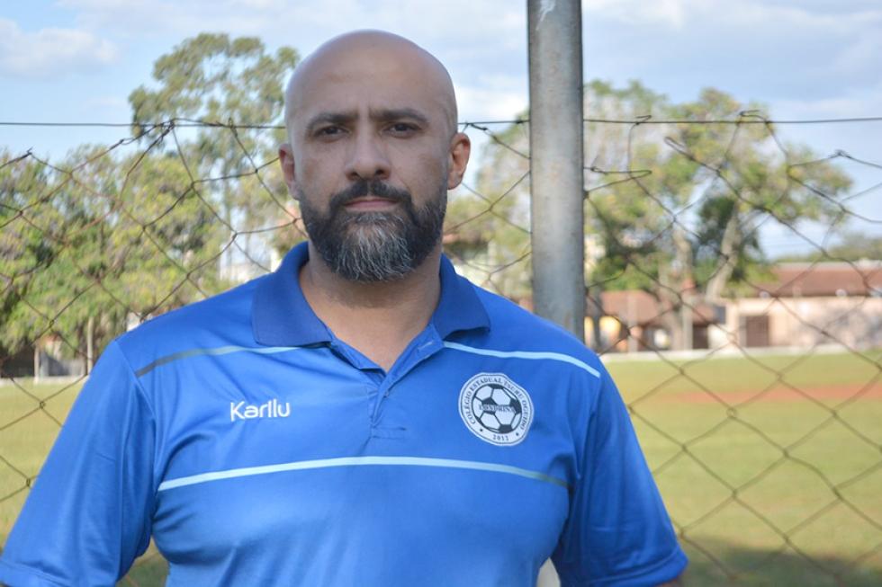 O professor e técnico Johnny Gonçaves coordena o projeto desde 2012. (Foto: Geovana Marrie/ Londrina EC).