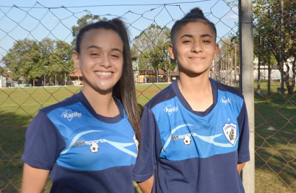 As atacantes Joyce (esq.) de 18 anos e Carol (dir.) de 17 anos, são um dos talentos trabalhados pelo professor Johnny. (Foto: Geovana Marrie/ Londrina EC)