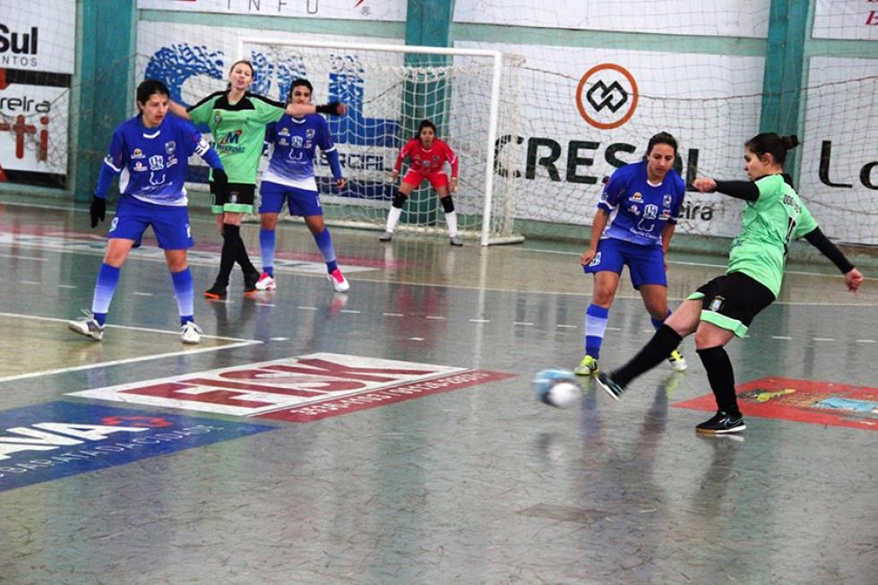 Em sua primeira participação, donas da casa (de verde) chegam à semifinal dos Jogos Abertos – Foto: Jaqueline Galvão/Esporte Paraná