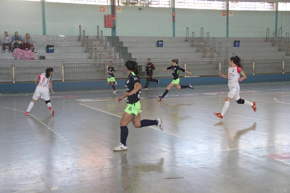 São Jorge do Oeste (de preto) defende o tetracampeonato regional dos Jogos Abertos em Dois Vizinhos - Foto: Jaqueline Galvão/Esporte Paraná