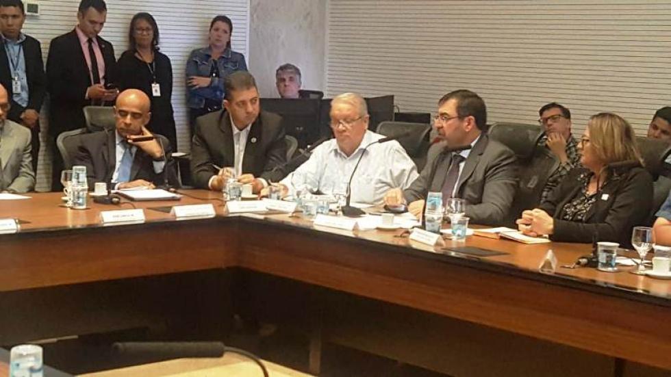 Deputado Estadual Cobra Repórter com os prefeitos.