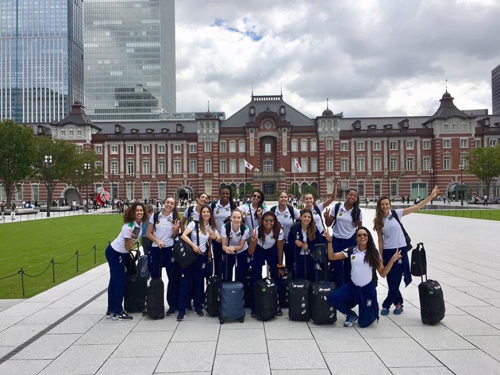 Seleção feminina na Estação de Tóquio (Divulgação/CBV)