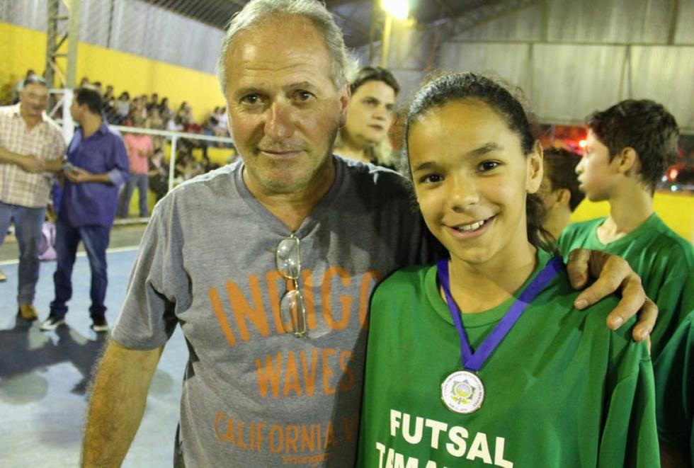 Diretor de Esportes Juninho Bittencourt e garota Sílvia - Foto: Divulgação