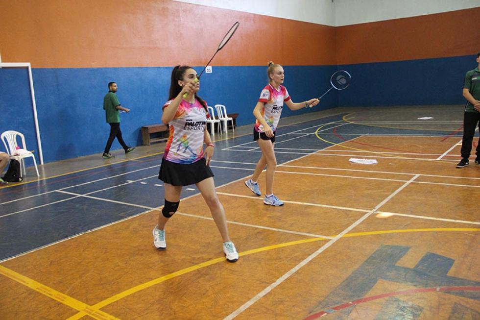 Julia Berger e Julia Seehagen venceram a partida diante de Foz do Iguaçu, resultado que deixou as palotinenses com o bronze na dupla feminina – Foto: Jaqueline Galvão/JOJUPS