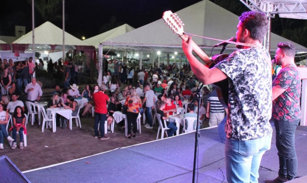 Dupla de música caipira durante evento