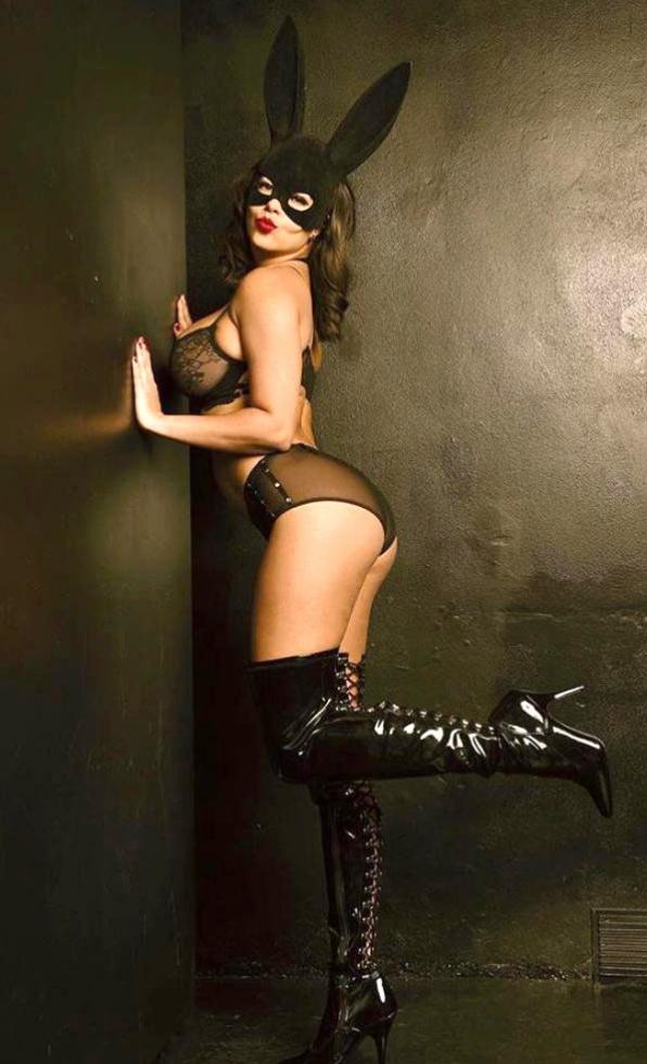 """Fabiana Britto, ex-Big Brother Itália, se fantasiou de mulher gato. """"É um personagem forte, e que lembra desejo"""
