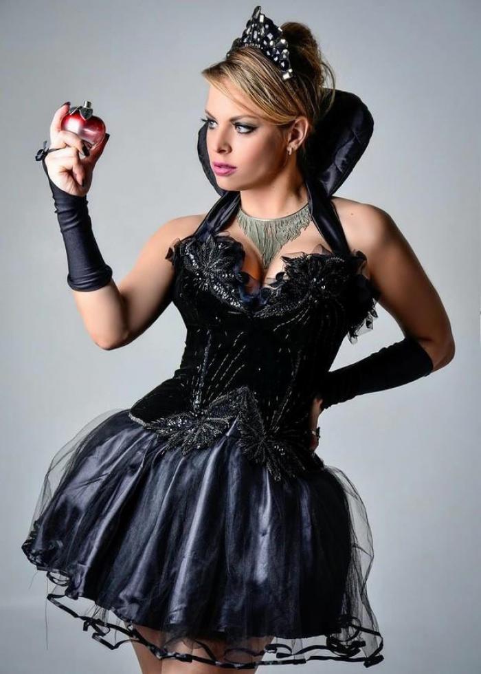 Jessica Lopes, que será a capa da Playboy Portugal em dezembro, se fantasiou de madrasta da branca de neve para curtir a festa de Halloween