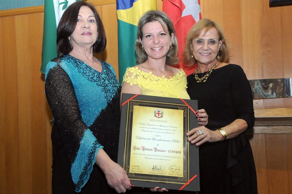As médicas veterinárias homenageadas, Angela Bandolin e Mariza Pissolato com a vereadora Daniele Ziober - CML/Imprensa/ Devanir Parra